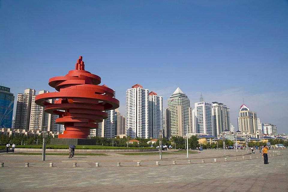 """Sur cette place située au centre du quartier moderne des affaires se trouve la statue appelée """"Le vent de mai""""."""
