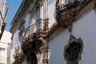 En las calles más antiguas, encontrarás numerosos rincones repletos de historia y cultura.