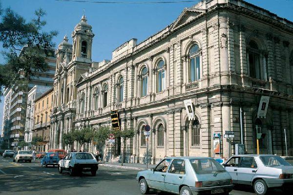 Es handelt sich um die zweitdichtest besiedelte Stadt der Region und drittgrößte von ganz Italien.