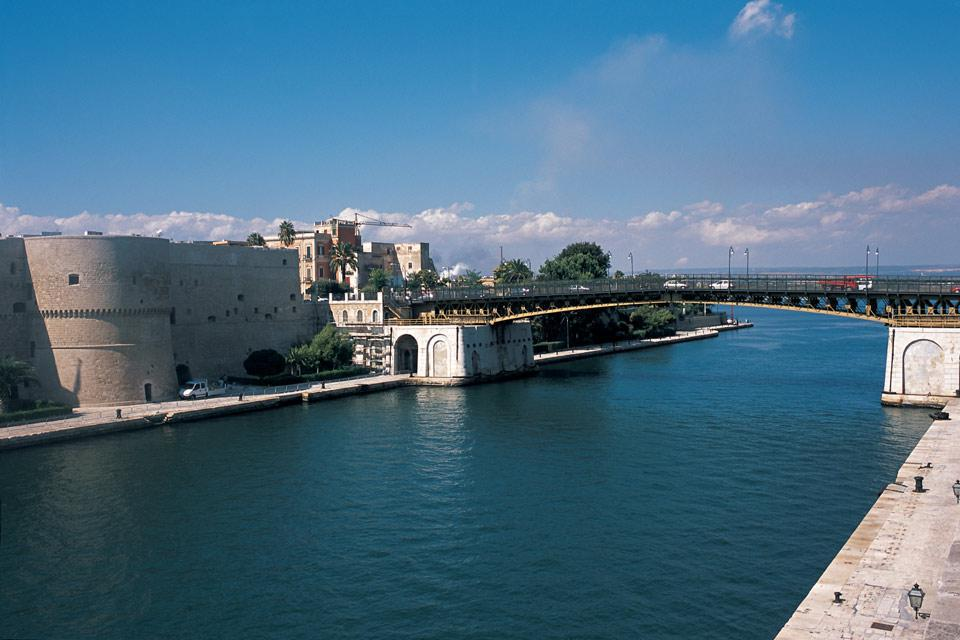 Tarento cuenta con un importante canal navegable, de 400 metros de largo y 73 metros de ancho, que une el mar Grande con el mar Pequeño.