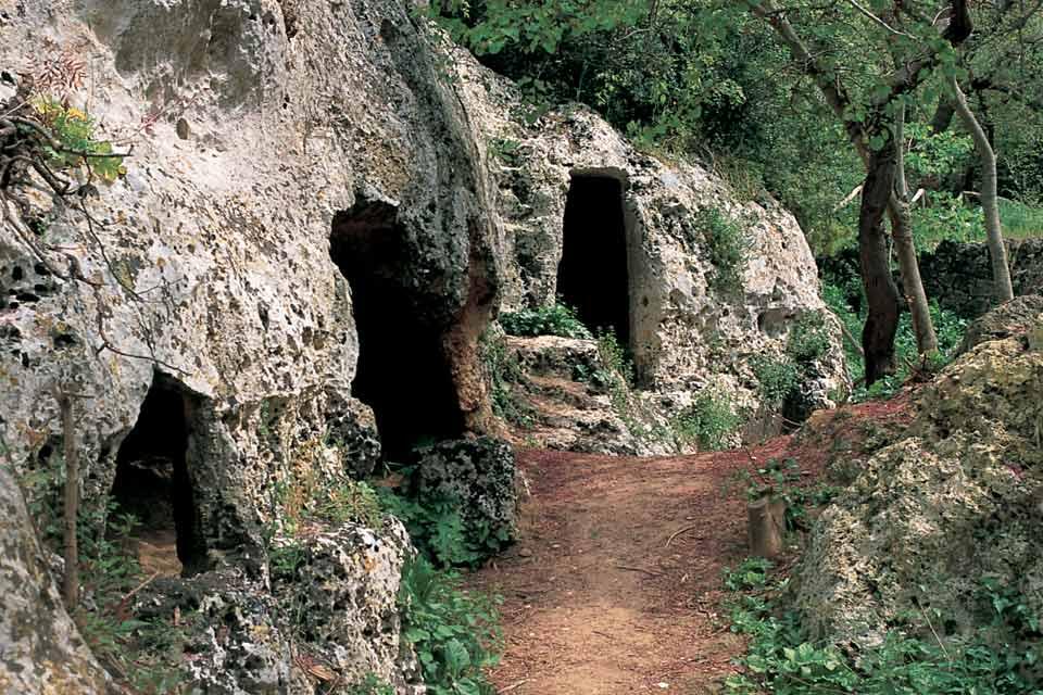 En la provincia de Tarento, en la ladera de una colina de Murgia, se encuentra la bonita localidad de Grottaglie, cuyo topónimo hace referencia al tipo de terreno que la rodea.