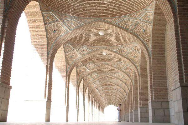 In Tabriz befindet sich der größte überdachte Basar im Iran. Die schönen Moscheen aus rotem Ziegelstein sind ebenfalls einen Besuch wert.
