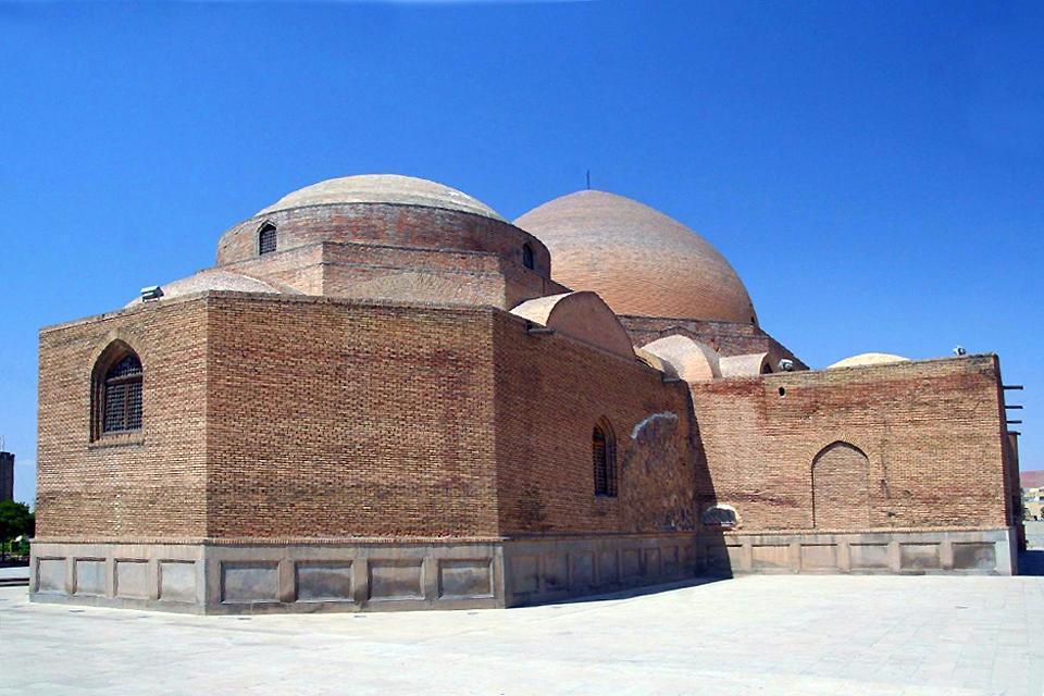 La mosquée est tombée en ruine suite à un tremblement de terre en 1779. Cependant, sa reconstruction n'a commencé que 200ans plus tard, en 1973.