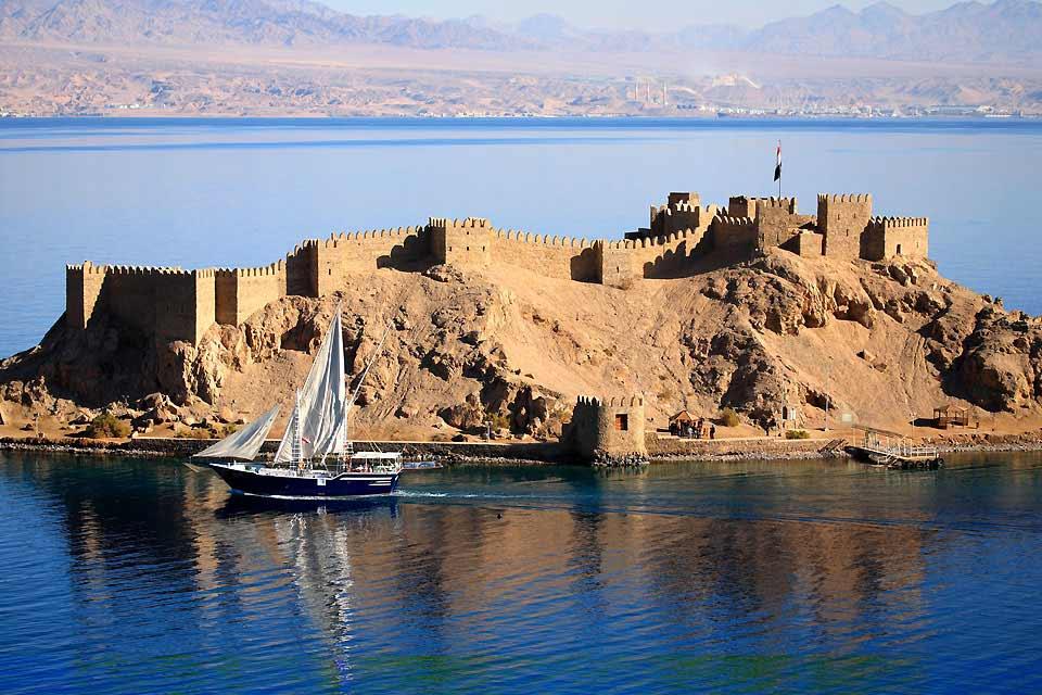 """Entre Sinaï et Mer Rouge, Taba est un carrefour. Accolée à la frontière israélienne, la zone touristique fait face aux côtes jordaniennes et saoudiennes situées de l'autre côté du Golfe d'Aqaba. S'il possède son propre aéroport, ce lieu de séjour ne se compose que d'une dizaine d'hôtels disséminés le long des superbes eaux turquoise. Ici pas de centre d'animation touristique ni de véritable """"station"""". ..."""