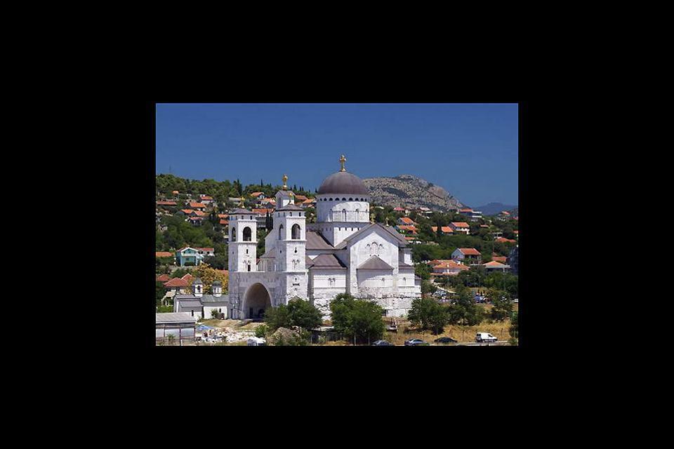 La capitale du Monténégro abrite quelques maisons turques pittoresques, et l'église de Saint-Georges datant du Xème siècle.
