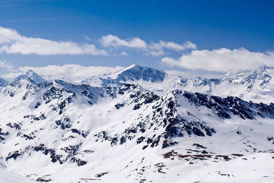 Installée à plus de 2000 mètres d'altitude,Tignes est devenue une station de ski en 1956. Aujourdh'hui, sa renommée internationale lui permet d'attirer en hiver et en été de nombreux touristes.  Elle partage son domaine skiable avec Val d'Isère, appelé communément « l'espace Killy ». On retrouve deux sites distincts : Tignes Le Lac et Tignes Val Claret. Tignes, c'est le glacier de la grande Motte, ...