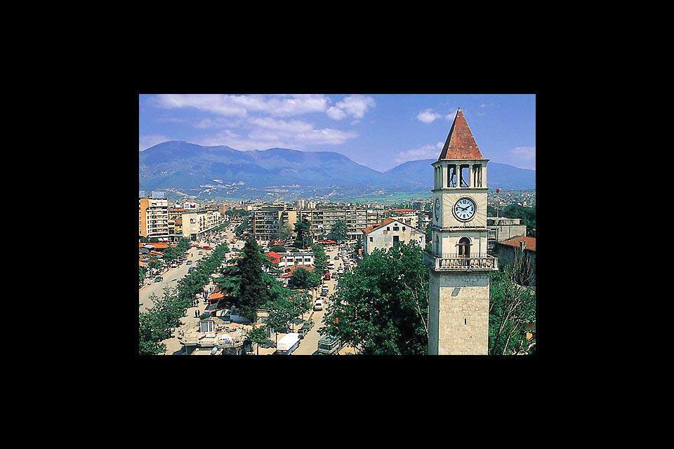 Conosciuta come Kulla e Sahatit si trova nella piazza centrale della città.