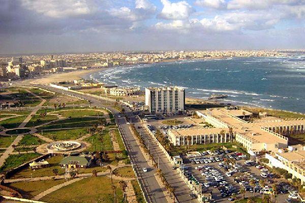 Construite sur le littoral méditerranéen, Tripoli, la capitale, est le centre commercial et industriel du pays. On s'y arrête pour visiter la médina, les souks, le quartier des artisans, les mosquées, l'arc de Triomphe de Marc Aurèle et son fabuleux musée. Les hôtels et les restaurants poussent comme des champignons depuis que l'on encourage le tourisme. C'est un point de chute idéal pour découvrir ...