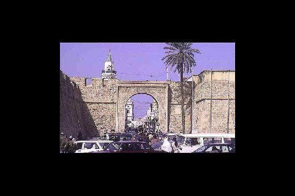 Tripoli a une histoire très ancienne, dont elle conserve encore de nombreux témoignages: sur la photo, la porte qui mène à la médina