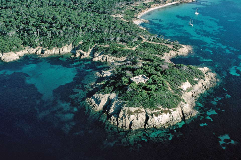 This is the largest of the Hyères Islands. Loaded with history, the island is a genuine haven of peace.