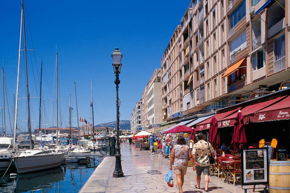 Toulon's restaurants propose local specialties. Come to taste courgette flower fritters, 'bagna cauda' or 'daube', a Provençal stew, under the Toulon sun.