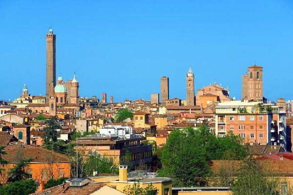 """Bologna ospita una delle più antiche università d'Europa, ed è un importante centro culturale:""""capitale europea della cultura"""" nel 2000, dal 2006 è """"città della musica"""" UNESCO"""