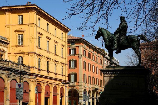"""Bologna è chiamata """"la Rossa"""" per il colore rossastro delle sue costruzioni, e anche perché città storicamente di sinistra"""