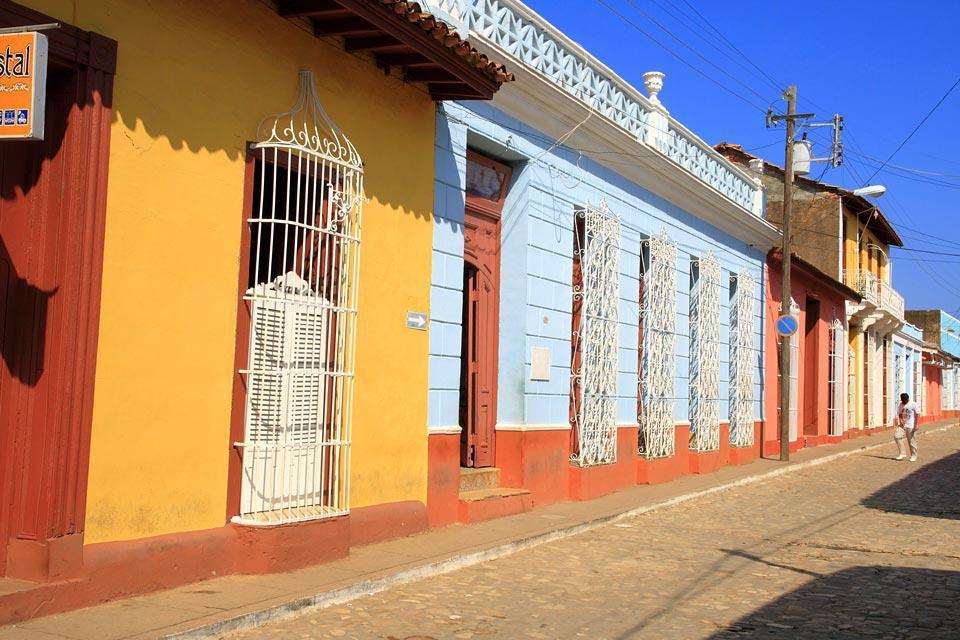 Fondata nel 1514 da Diego Velazquez, poi punto di partenza della conquista del Messico, Trinidad, situata nella regione di Sancti Spiritus, si affaccia sul mare dei Caraibi, sulla costa meridionale di Cuba. Vera e propria città-museo, fu, inizialmente, classificata Monumento Nazionale dal governo cubano (1965), poi iscritta al Patrimonio Culturale dell'Umanità dall'Unesco (1988). Vestigia di un'epoca ...