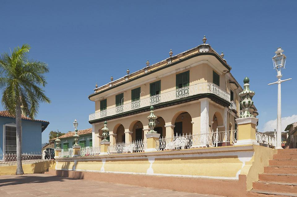 Plaza Mayor, nonostante le sue dimensioni ridotte, accoglie numerosi turisti e ospita musei e gallerie d'arte fondati nelle case coloniali dai colori vivaci.