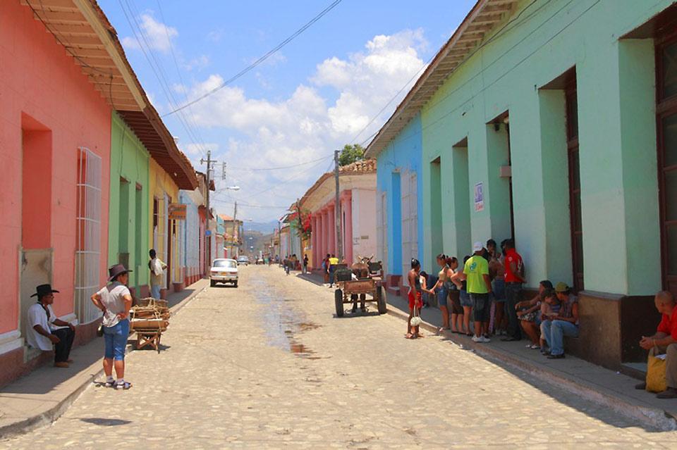 Una tipica via colorata per le strade di Trinidad.