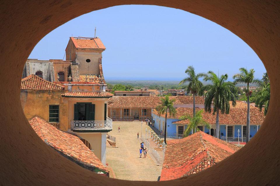 Veduta da una finestra del centro storico di Trinidad.
