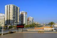 Tanger sait aussi se faire moderne avec ses buildings le long de la corniche.