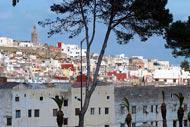 Tanger surplombe la mer et le port. Cette ville portuaire n'a cessé de commercer avec l'Europe depuis des années.