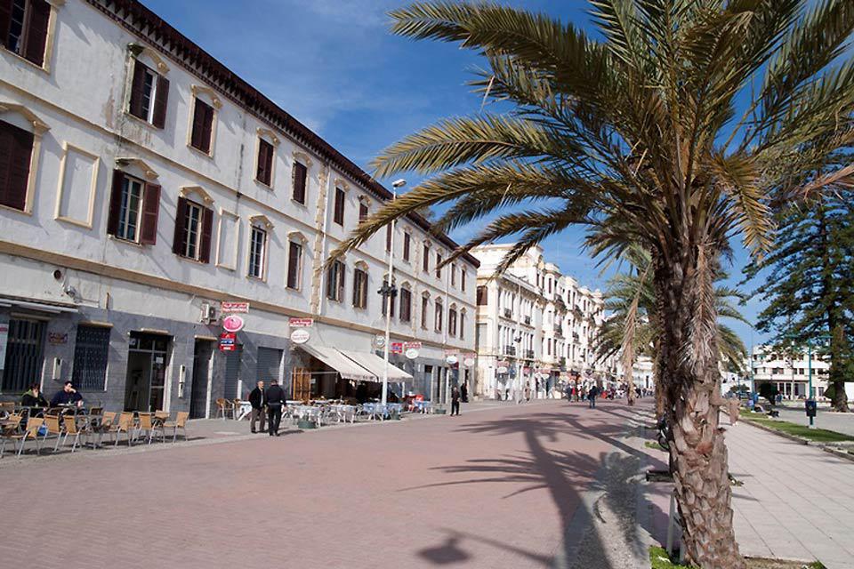 Vivere nel cuore di Tangeri significa imparare a conoscere i suoi vicoli e le sue piazze. Tangeri è una bella città rinfrescata dalla brezza marina.