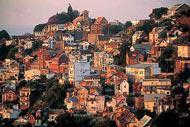 Ancienne place forte, Antananarivo est bâtie sur douze collines différentes, ce qui lui confèrent ce relief si particulier.