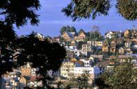 Antananarivo, appelé Tananarive par les Européens, est la capitale de Madagascar, située au centre de la Grande Ile, au cœur des Hautes Terres.  Les vols internationaux arrivant tous à Antananarivo et les vols intérieurs passant aussi tous par la capitale, vous y passerez sûrement quelques jours pendant votre voyage. Différente de la province, Antananarivo surprend. Divisée entre la vieille ...