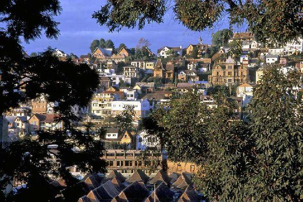 Antananarivo, chiamata Tananarive dagli europei, è la capitale del Madagascar, situata al centro della Grande Ile, nel cuore delle Alte Terre.   I voli internazionali arrivano tutti ad Antananarivo, così come quelli interni, Quindi vi trascorrerete sicuramente qualche giorno durante il viaggio. Diversa dal resto del paese, Antananarivo sorprende. Divisa in città vecchia (alta) e città nuova, non ...