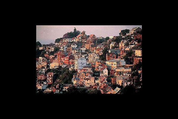 Antica piazzaforte, Antananarivo è costruita su dodici colline che le conferiscono una particolare conformazione a rilievo.