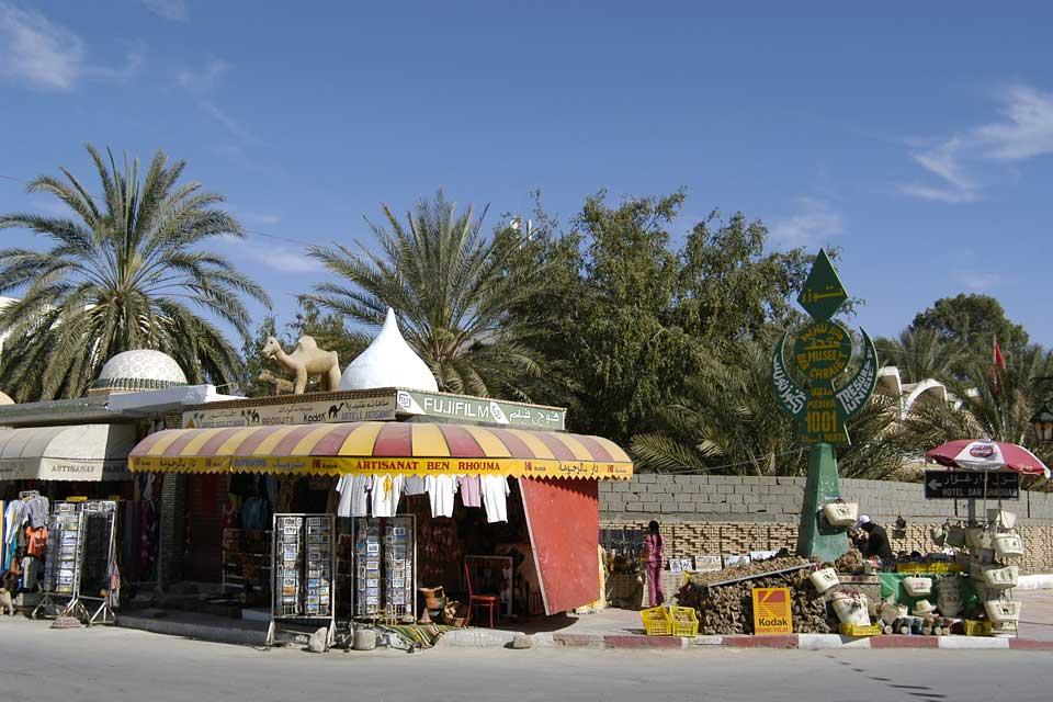 La storia di Tozeur inizia dal terzo millennio a.C. La città fu in seguito numida, cristiana e poi arabo musulmana.