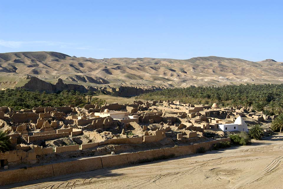Città-oasi alle porte del deserto, Tozeur offre ai visitatori un palmeto e uno scenario bellissimo.