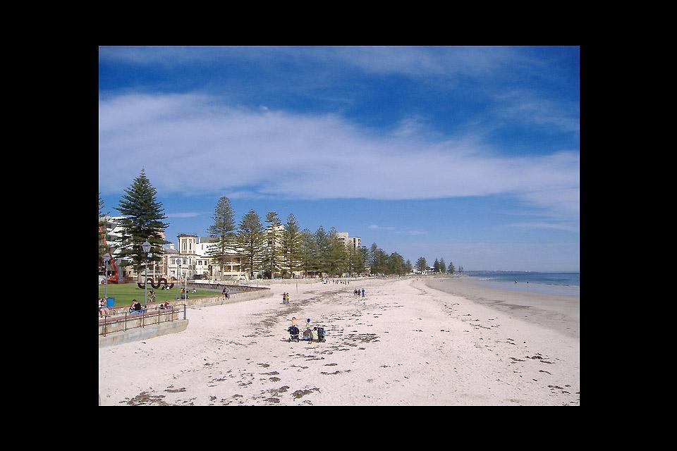 La città possiede spiagge urbane come Glenelg Beach e Henley Beach.