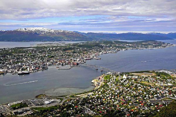 Tromso wird das ?Paris des Nordens? genannt und ist eine Universitätsstadt, wo man gerne feiert und ausgeht. Die kulturellen und nächtlichen Aktivitäten bleiben sehr wichtig. Tromso wird als ?die Hauptstadt des nördlichen Norwegens? angesehen. Im Stadtzentrum können Sie einige Holzhäuser sehen. Der Stadt ist es ebenfalls gelungen, ihren Fischerei- und Walfanghandel zu entwickeln. Am Abend gehen Sie ...