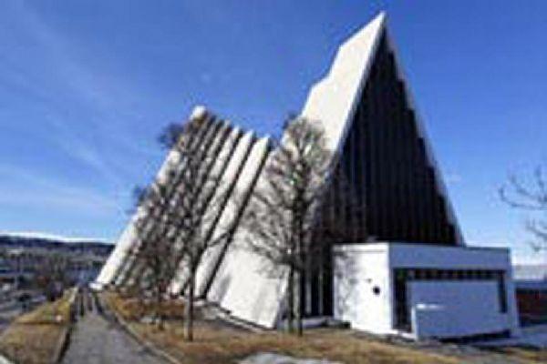 Diese Kathedrale wurde 1965 gebaut und ist heute das Wahrzeichen der Stadt Tromso.