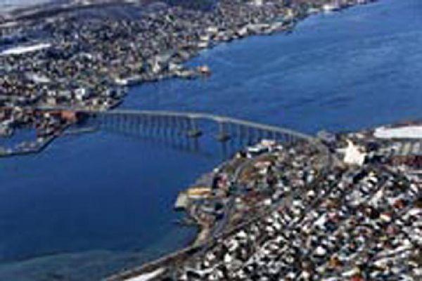 Diese Brücke verbindet das Festland von Tromso mit dem Stadtteil auf der Insel Tromsoya