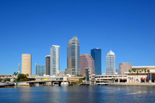 Der Hafen von Tampa mit den amerikanischen Frachtschiffen aus der Vogelperspektive