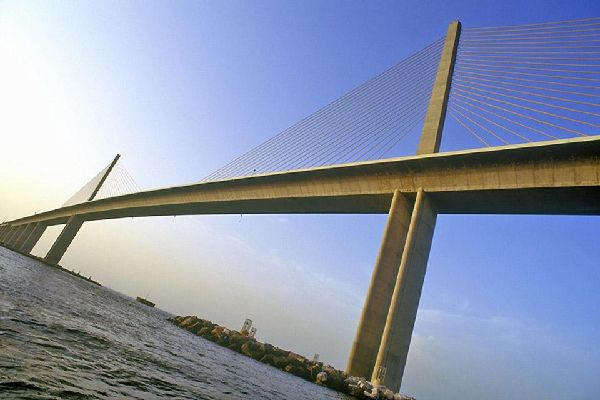 Die 8,9 km lange Skyway Bridge in Tampa verbindet die Städte St. Petersburg und Bradenton.