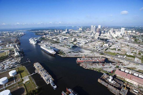 El puerto de Tampa, primer puerto de Florida, está situado en la desembocadura del río Hillsborough.