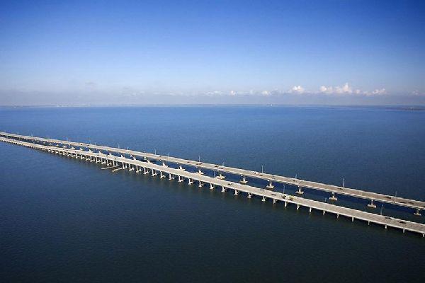 Die Howard Frankland Bridge in Tampa, Florida, führt von Old Tampa Bay nach St. Petersburg.