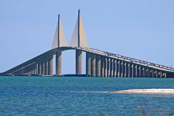 El Sunshine Skyway Bridge es un puente con carretera estadounidense que sobrevuela la bahía de Tampa a lo largo de 8 km.