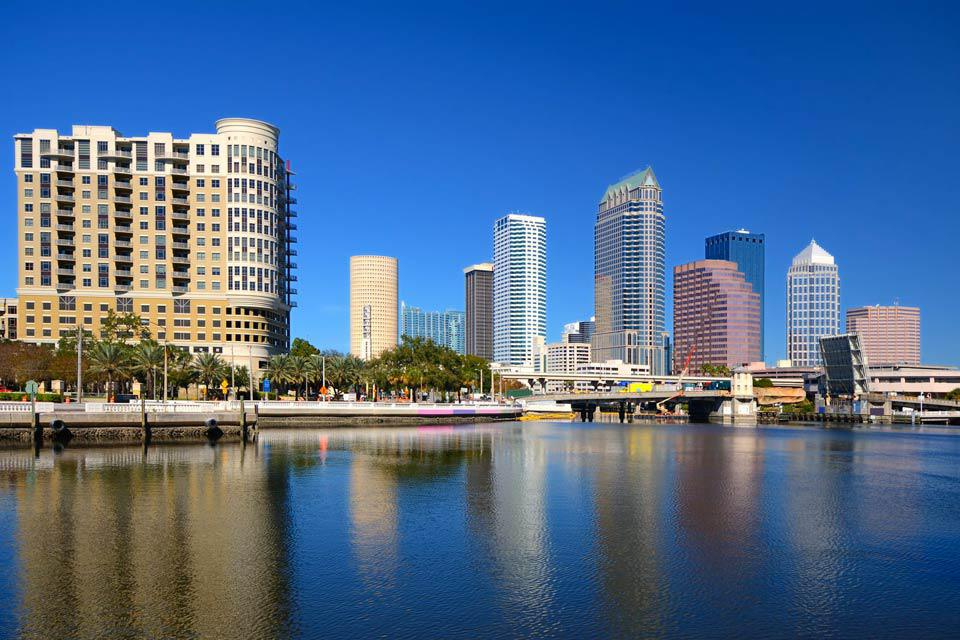 A Tampa, flânez le long de la superbe baie et des belles plages de la ville. Même si Tampa est une grande cité moderne, visitez le quartier historique de Ybor City, dominé par un style colonial antillais, où converge principalement une population latino-américaine. A Ybor square, c'est une vie animée et colorée qui vous attend....