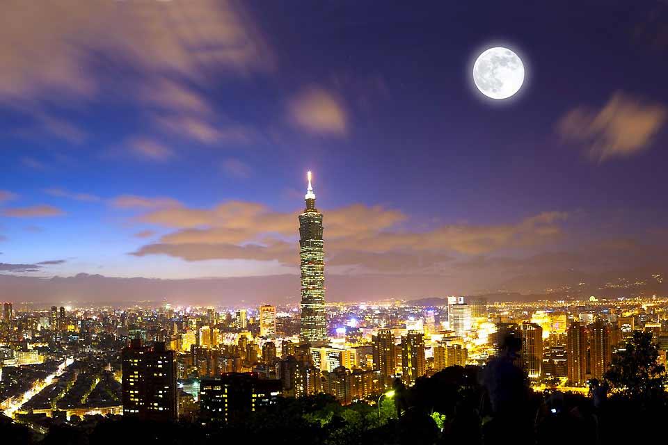 Taipei, dont l'un des emblèmes est la Taipei 101, deuxième plus haute tour du monde, marie la modernité d'un pays tourné vers l'avenir et la tradition de la culture chinoise. Tours en verre et hôtels de luxe côtoient les publicités colorées et les échoppes grouillantes au ras du sol. Au programme, séance de shopping dans les marchés de nuits, massage des pieds et recueillement dans les temples bouddhistes ...