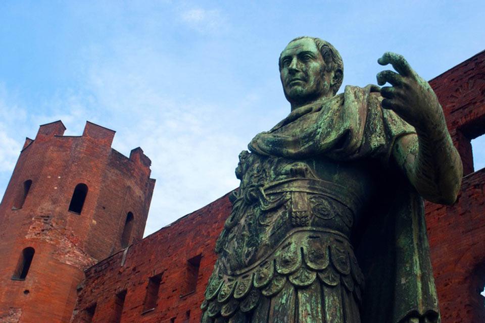 La Porta palatina è una costruzione di origine romana risalente al I secolo a.C.