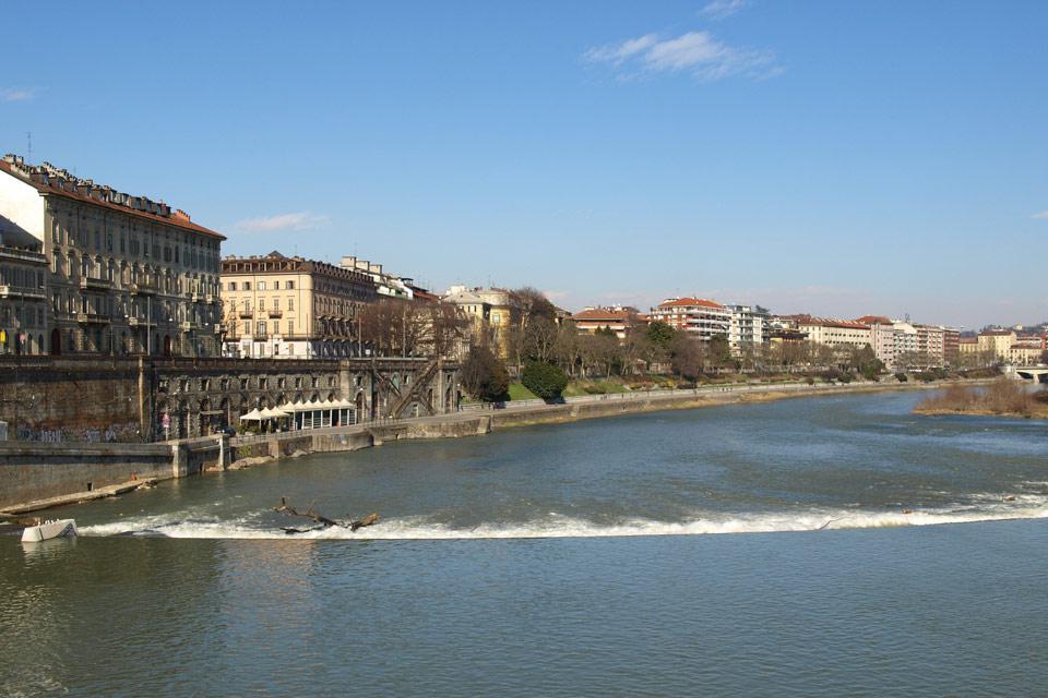 Il fiume Po attraverso la città di Torino.