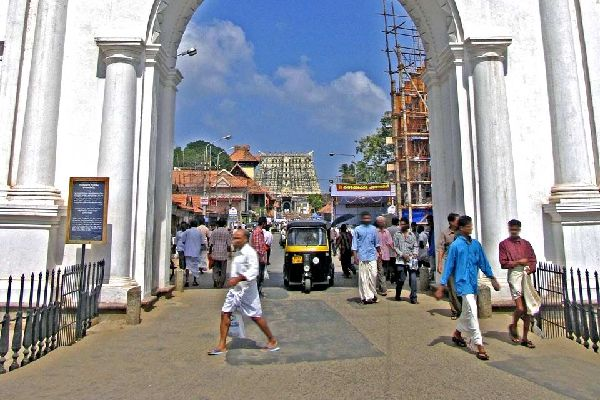 """Thiruvananthapuram se articula en torno a un eje principal Norte-Sur, el Mahatma Gandhi, llamado """"M.G."""". La mayor parte de los museos de esta capital se concentran al norte de la misma. Para visitar los templos, desciende hacia el sur hasta el final de M.G. para descubrir el templo de Sri Padmanabhaswami, una mezcla de arquitectura dravídica y keralita del siglo XVIII. Aunque la entrada esté reservada ..."""