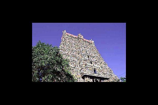 Es un templo hindú del año XVI dedicado a Visnú. Se han encontrado ofrendas valoradas en 14 000 millones de euros.