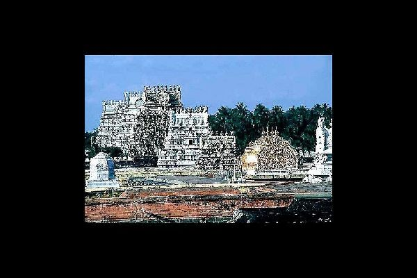 Tiruchirapalli es conocida por el Rock Fort Temple, un complejo monástico espectacular colgado a 83 metros de altura desde el que se domina toda la ciudad y el templo de Sri Ranganathaswamy.