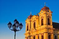 Situata nel centro città sulla piazza di Unirii, questa chiesa episcopale cattolica di stile barocco fu costruita tra il 1736 e il 1773 dall'architetto viennese Emanuel Fisher.