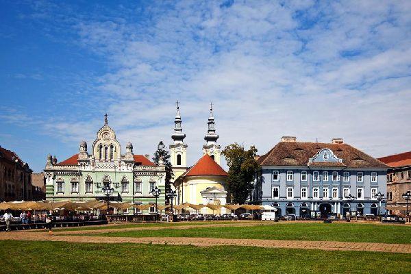 Gli edifici che circondano questa bella piazza lasciano intravedere il passato grandioso di Timisoara.