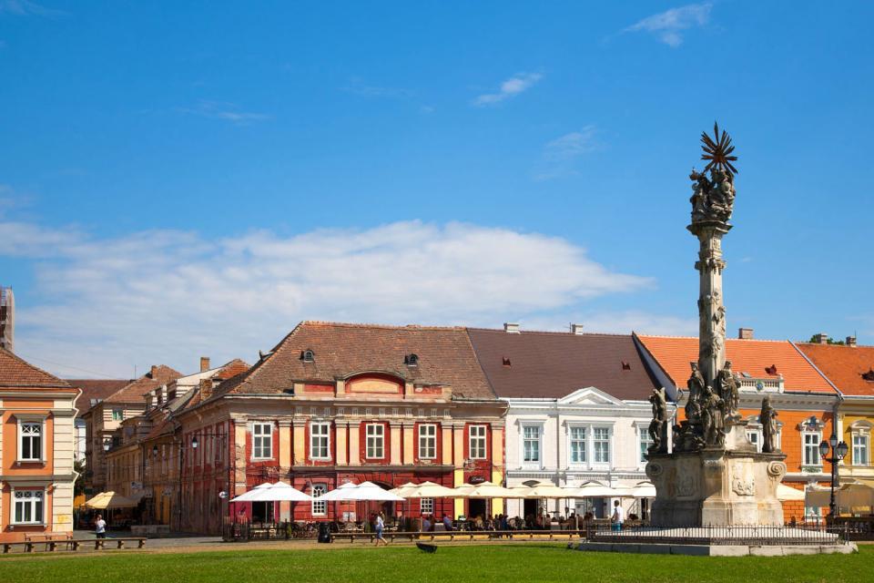 Quatrième ville du pays, Timisoara est une cité universitaire et culturelle, dotée de nombreux parcs et jardins. Berceau de la révolution de 1989, la ville est fière de disposer du niveau de vie le plus élevé du pays et d'une forte influence occidentale. Il est vrai que Timisoara, qui fut longtemps placée sous la domination des Habsbourg, dégage une atmosphère sympathique. Avec son architecture baroque ...
