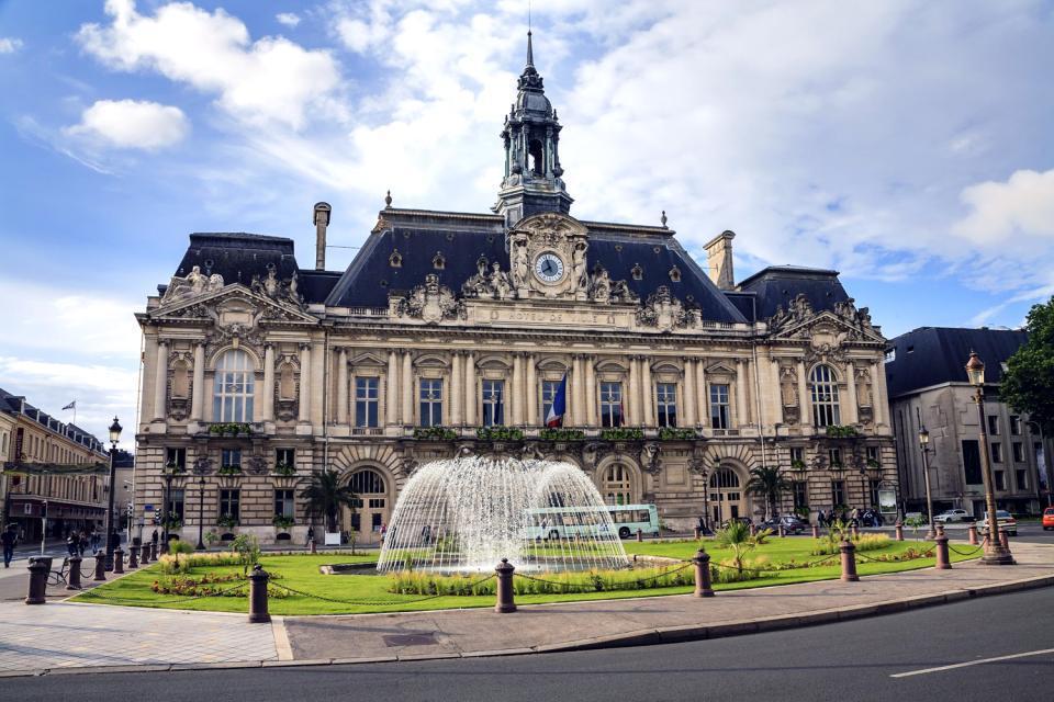 Vous voilà à Tours, plus grande commune de la région Centre, capitale des châteaux de la Loire. Classée Ville d'Art et d'Histoire, et au patrimoine de l'Unesco, la ville peut compter sur son riche patrimoine architectural, notamment le château de Tours et l'Hôtel Goüin. C'est également un haut lieu de pélerinage pour les croyants avec la cathédrale Saint-Gatien et la basilique Saint-Martin, les deux ...